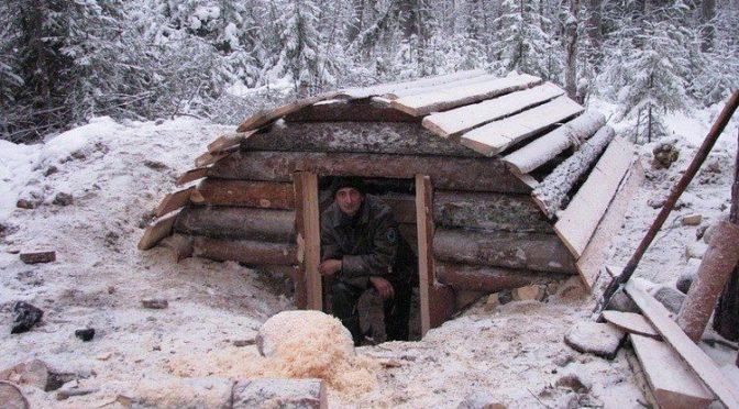 Строительство зимовья в заснеженном лесу «Русский Робинзон»