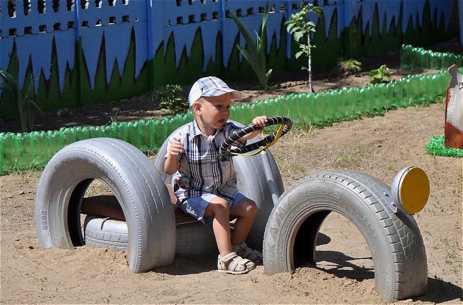 машина из шин для детской площадки фото