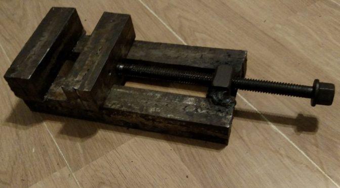 Тиски для сверлильного станка из железнодорожных костылей